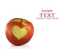 Roter Apfel mit Innerem auf ihm Stockfotografie
