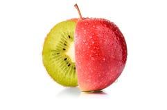 Roter Apfel mit Kiwi nach innen Lizenzfreies Stockbild