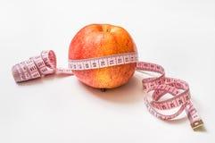 Roter Apfel mit messendem Band - nähren Sie Konzept Stockfoto