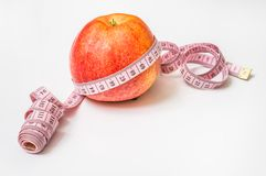 Roter Apfel mit messendem Band - nähren Sie Konzept Stockbild