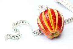 Roter Apfel mit Messinstrument stockbilder