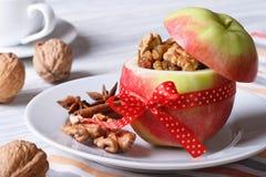 Roter Apfel mit Nüssen und Rosinen und Kaffee auf dem Tisch Stockbild