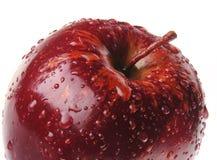 Roter Apfel mit Tropfen lizenzfreies stockfoto