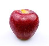Roter Apfel mit Wassertropfen Stockfoto