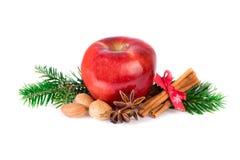 Roter Apfel mit Weihnachtsgewürzen auf Weiß Rustikales Stillleben Apples Lizenzfreies Stockbild