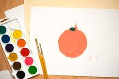 Roter Apfel, orange Orange auf einem weißen Blatt von gefärbt paperchildren ` s Zeichnung mit farbigen Bleistiften und Aquarellen Lizenzfreies Stockfoto