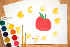 Roter Apfel, orange Orange auf einem weißen Blatt von gefärbt paperchildren ` s Zeichnung mit farbigen Bleistiften und Aquarellen Lizenzfreie Stockfotos