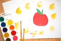 Roter Apfel, orange Orange auf einem weißen Blatt von gefärbt paperchildren ` s Zeichnung mit farbigen Bleistiften und Aquarellen Stockfoto