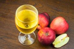 Roter Apfel und Apfelsaft Stockbilder