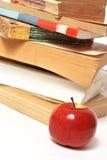 Roter Apfel und Bücher Stockfoto