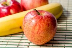 Roter Apfel und Banane Lizenzfreies Stockfoto