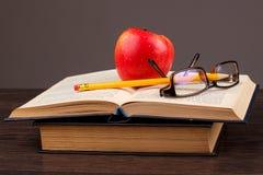 Roter Apfel und Buch Lizenzfreie Stockfotos