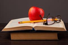 Roter Apfel und Buch Lizenzfreies Stockbild