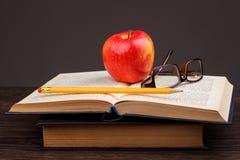 Roter Apfel und Buch Stockbild