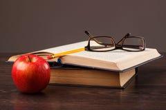 Roter Apfel und Buch Lizenzfreies Stockfoto