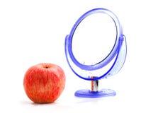 Roter Apfel und ein Spiegel Lizenzfreies Stockfoto