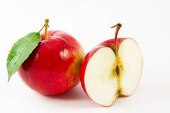 Roter Apfel und eine Hälfte Stockfotos