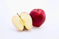 Roter Apfel und eine halbe Nahaufnahme Lizenzfreie Stockfotografie