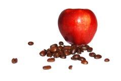 ROTER Apfel und Kaffeebohnen Lizenzfreies Stockfoto