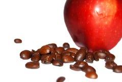 Roter Apfel und Kaffeebohnen Stockfoto