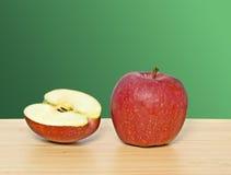 Roter Apfel und Kapitel lizenzfreies stockbild