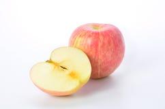 Roter Apfel und Scheibe auf einem weißen Hintergrund Stockbild