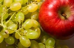 Roter Apfel und Trauben Stockbilder