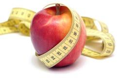 Roter Apfel und Zentimeter Stockfotos