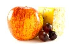 Roter Apple, Blauschimmelkäse und Trauben Stockfotos