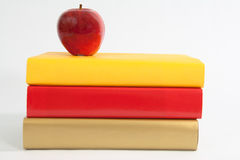 Roter Apple mit Büchern in einem Stapel Lizenzfreies Stockfoto