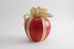 Roter Apple mit Goldfarbband Stockfoto