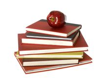 Roter Apple oben auf Stapel von sieben Büchern Lizenzfreies Stockbild