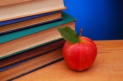 Roter Apple und alte Bücher Lizenzfreie Stockbilder