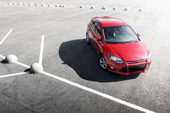 Roter Autoaufenthalt auf dem Asphalt, der tagsüber parkt Lizenzfreie Stockbilder