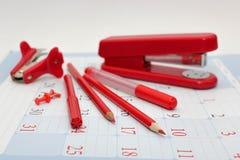 Roter Büroartikel - Bleistifte, Filzstift, Markierungen Stockbilder