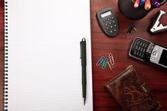 Roter Büroschreibtisch mit Briefpapier Lizenzfreie Stockfotos