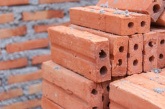 Roter Backstein am Baubereich, Baumaterial lizenzfreie stockfotografie