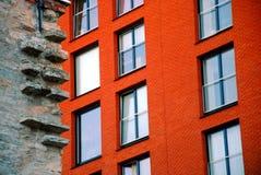 Roter Backstein, graue Wand Lizenzfreies Stockbild