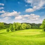 Roter Ball auf T-Stück, flacher DOF Frühlingsfeld mit grünem Gras und blauem Himmel lizenzfreies stockfoto