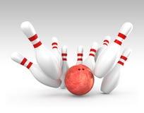 Roter Ball, der auf Bowlingspielstiften schlägt Stockbild