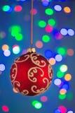Roter Ball des neuen Jahres auf dem blauen Hintergrund Stockfotos