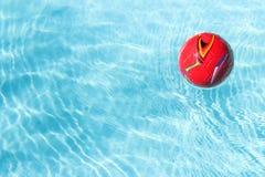 Roter Ball im Pool Stockbilder