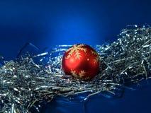 Roter Ball im silbernen Trumpery Stockbilder