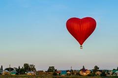 Roter Ballon in Form von Herzen Lizenzfreie Stockfotos