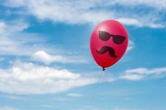 Roter Ballon im Himmel Lizenzfreie Stockfotografie