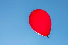 Roter Ballon mit blauem Himmel Lizenzfreie Stockfotografie