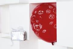 Roter Ballon und Geschenkbox Stockfotos