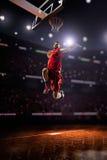 Roter Basketball-Spieler in der Aktion stockbilder