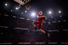 Roter Basketball-Spieler in der Aktion Stockfotos
