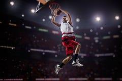 Roter Basketball-Spieler in der Aktion Stockbild